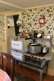 Cozinha com o fogão antiquado de Glenwood, Strawbery Banke, New Hampshire, 2017 Imagens de Stock