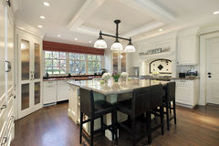 Cozinha com o grande console center fotografia de stock