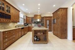 Cozinha com o grande console do granito Fotografia de Stock