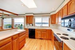 Cozinha com opinião da água e a bancada branca. Fotografia de Stock Royalty Free