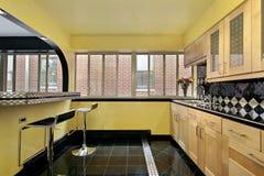 Cozinha com paredes amarelas Fotos de Stock Royalty Free