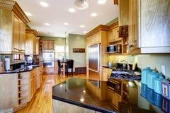 Cozinha com parte superior contrária brilhante preta Imagem de Stock