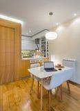 Cozinha com sala de jantar Fotos de Stock Royalty Free