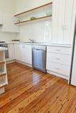 Cozinha com tábuas corridas lustradas Foto de Stock Royalty Free