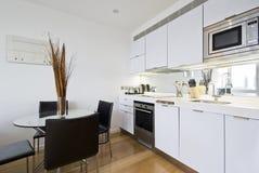 Cozinha com tabela de jantar Imagens de Stock