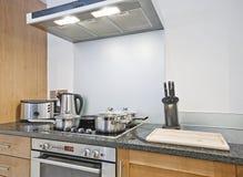 Cozinha com uma escala dos dispositivos foto de stock royalty free