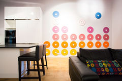 Cozinha conectada com a sala de visitas Fotos de Stock Royalty Free