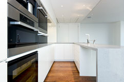 Cozinha contemporânea com os dispositivos superiores das especs. Fotos de Stock