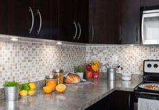 Cozinha contemporânea com os ingredientes de alimento na bancada fotografia de stock royalty free