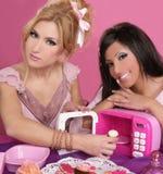 Cozinha cor-de-rosa dos doces da microonda das meninas do barbie da forma fotografia de stock