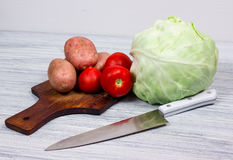 Cozinha, cozinhando, batata, faca, placa de corte Foto de Stock