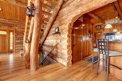 Cozinha da cabana rústica de madeira e interior da escadaria. Fotografia de Stock