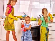 Cozinha da lavagem das crianças fotos de stock royalty free