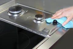 Cozinha da limpeza da mão da mulher que cozinha a parte superior Imagem de Stock Royalty Free