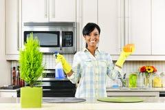 Cozinha da limpeza da mulher nova Fotografia de Stock