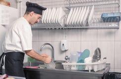 Cozinha de lavagem dos pratos do cozinheiro chefe imagens de stock