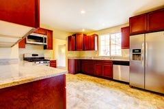 A cozinha de madeira da cereja nova com stinless rouba dispositivos. Foto de Stock