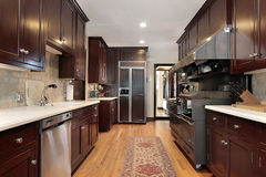 Cozinha de madeira do gabinete fotografia de stock royalty free