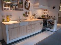 Cozinha de madeira do país do projeto clássico neo moderno Foto de Stock Royalty Free