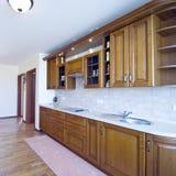 Cozinha de madeira elegante Imagens de Stock Royalty Free