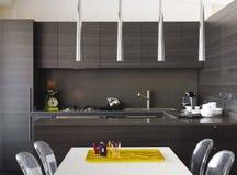 Cozinha de madeira moderna Fotos de Stock Royalty Free