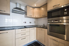 Cozinha de madeira moderna com dispositivos de prata foto de stock royalty free