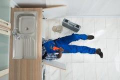 Cozinha de Repair Sink In do trabalhador manual imagens de stock royalty free