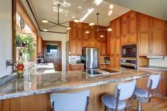 Cozinha denominada clássica com partes superiores contrárias agradáveis Imagens de Stock
