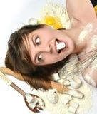 A cozinha do cozinheiro chefe da mulher utiliza ferramentas o cozimento do trigo dos ovos do açúcar do cozimento Fotos de Stock
