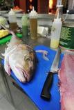 Cozinha do restaurante da placa de desbastamento dos peixes Fotos de Stock Royalty Free