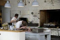 Cozinha do restaurante que cozinha o cozinheiro chefe Imagem de Stock Royalty Free