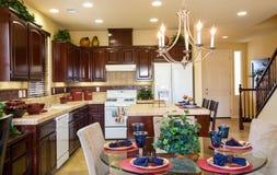 Cozinha e brecha residenciais do jantar imagens de stock