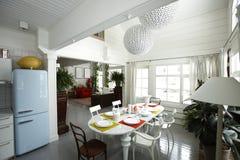 Cozinha e quarto dinning fotografia de stock royalty free
