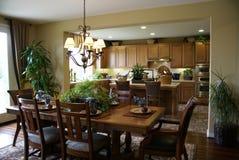 Cozinha e sala de jantar bonitas   Fotografia de Stock Royalty Free