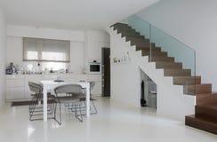 Cozinha e sala de jantar brancas imagens de stock