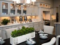 Cozinha e sala de jantar novas enormes imagem de stock royalty free