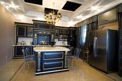 Cozinha em um apartamento moderno foto de stock royalty free