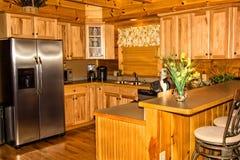Cozinha em uma cabana rústica de madeira Fotos de Stock