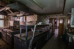 cozinha escura na residencial abandonada imagens de stock royalty free