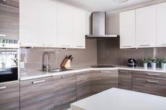Cozinha espaçoso brilhante Fotos de Stock Royalty Free