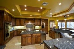 Cozinha espaçoso na casa Imagens de Stock