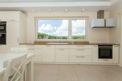 Cozinha espaçoso na casa moderna Imagem de Stock Royalty Free