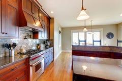Cozinha feita sob encomenda bonita luxuosa da madeira de pinho fotos de stock royalty free