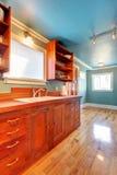 Cozinha feita sob encomenda da cereja da configuração com paredes azuis foto de stock