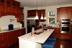 Cozinha grande do spacy em uma casa nova imagens de stock