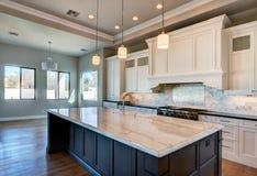 Cozinha home moderna nova da mansão foto de stock royalty free