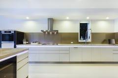 Cozinha iluminada diodo emissor de luz moderna fotografia de stock