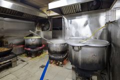 Cozinha industrial & comercial e de um restaurante sujo sujo real fotografia de stock