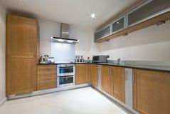 Cozinha inteiramente cabida moderna imagens de stock royalty free