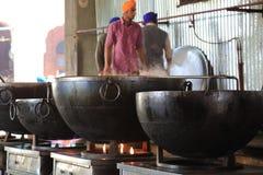 A cozinha livre a maior do mundo de Harmandir Sahib (templo dourado) Fotos de Stock Royalty Free